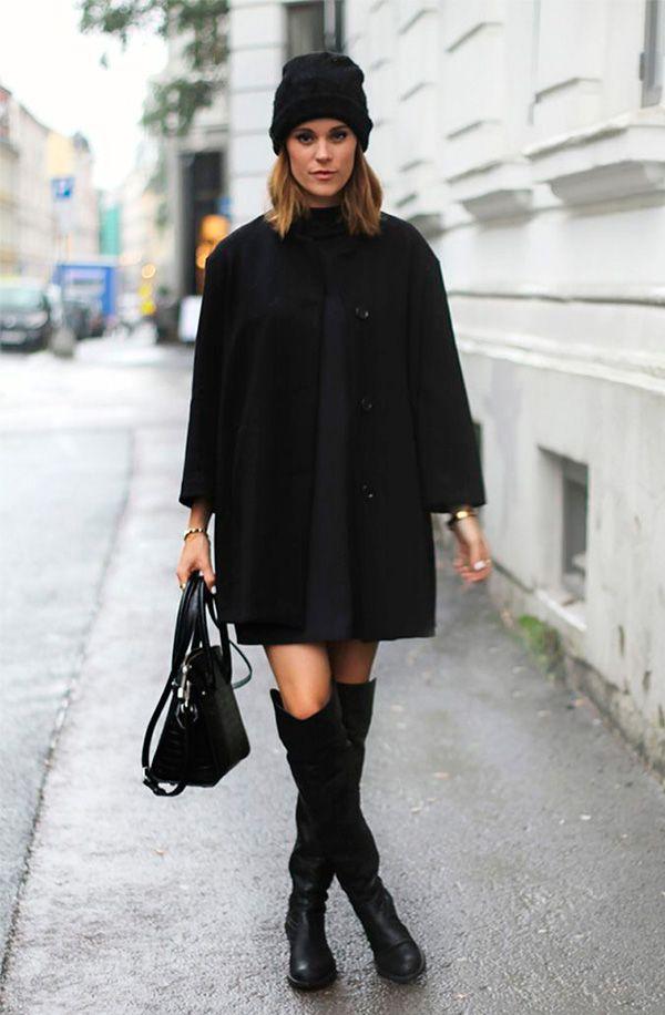 Street style look total black com touca gorro, vestido, sobretudo e bota over the knee.