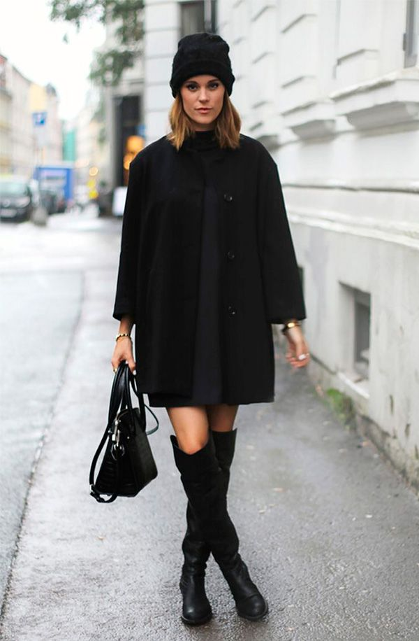 Street style look total black com touca gorro, vestido, sobretudo e bota over the knee.