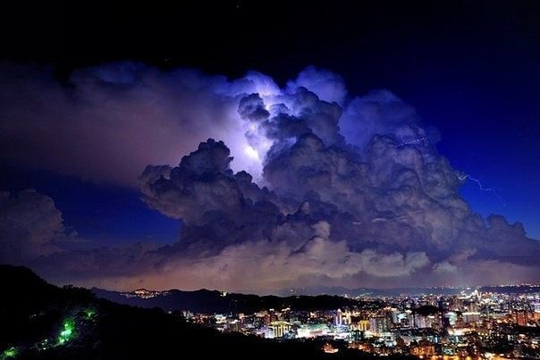 Грозовые тучи над городом Хсинтиен, Тайвань. #Туризм #Путешествия #Мир #Отдых #Страны http://travelito.ru/