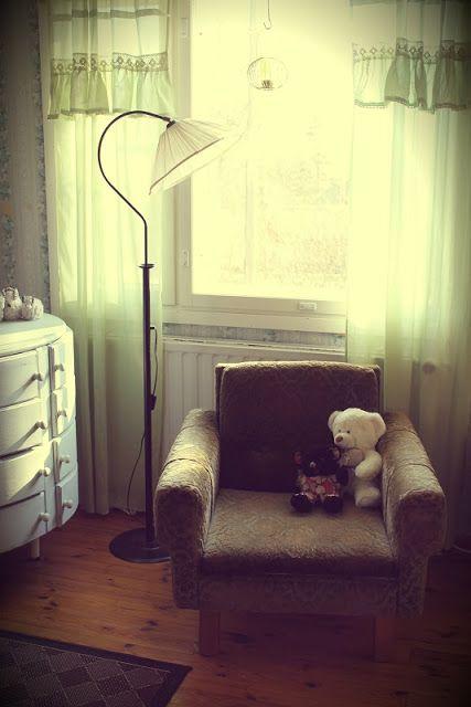 Makuuhuone, romanttinen, nojatuoli, jalkalamppu, lipasto