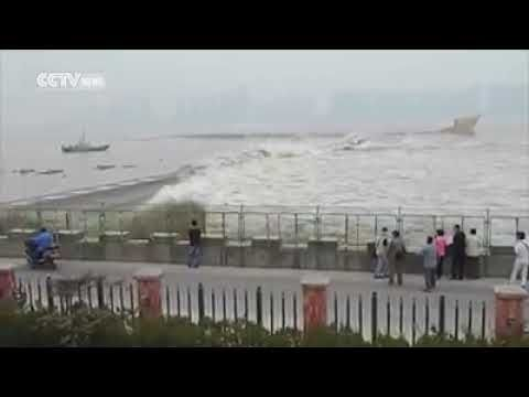 Live tsunami attack in Indonesia sea tears in just a minute