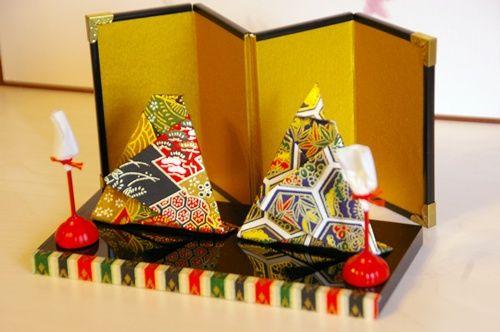 ひなまつりには陶器や和布、ガラス、、、色々と違った小さなお雛様を飾ります。 その中の一つ、千代紙のお雛様は毎年新しく折って仲間に入れてます。