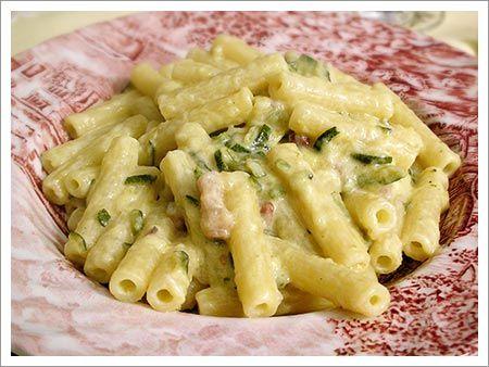 """ecco un primo piatto da mangiare per superare la prova costume: """"Paccheri con Salvia e Zucchine"""" INGREDIENTI: - 500 gr di paccheri - 600 gr di zucchine novelle - 40 gr di salvia - 3 cucchiai di olio d'oliva - zenzero in polvere - 1 scalogno, aglio, sale e pepe"""
