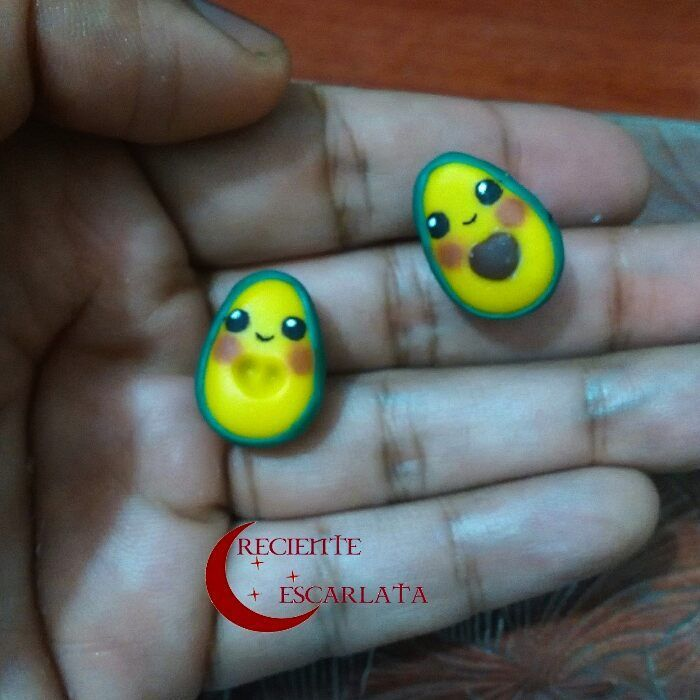 Topos de cute aguacates.  Encargo  Precio: $7.000  Ahora este diseño esta en topos, y porque no, en otras frutas verduras también.  Whatsapp 319 277 21 13  #crecienteescarlata #topos #craft #earings #modelado #coldporcelainclay #avocado #artesanías #fruit #aguacates #accesorios #womenaccessories #handmade #artesanal #cute #cuteaccessories #modelismo