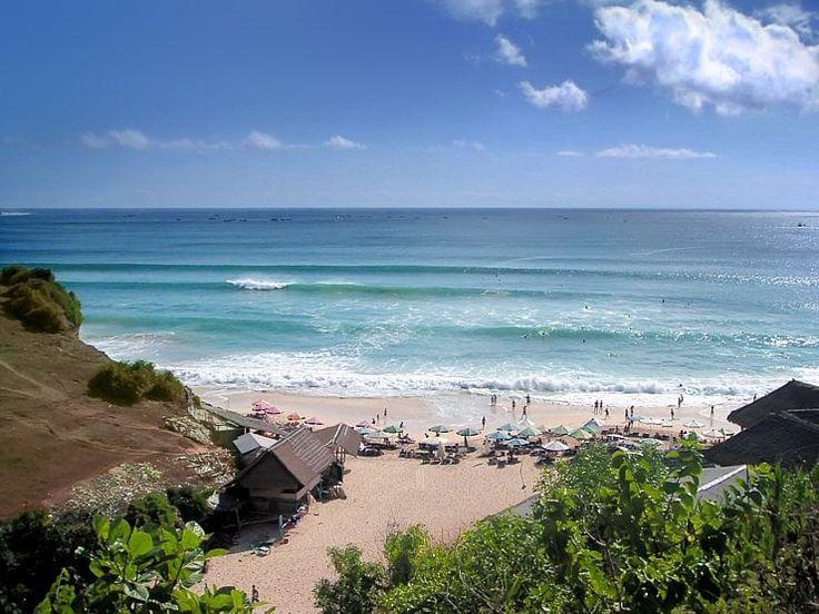 Entre Padang Padang et Impossible, près du petit village d'Ungasan, le spot de surf Dreamland est le seul beach‑break de la péninsule du Bukit. Ses belles vagues déferlent sur un sable blanc et chaud. Sur cette péninsule se cachent une série de petites criques, toutes plus charmantes les unes que les autres.