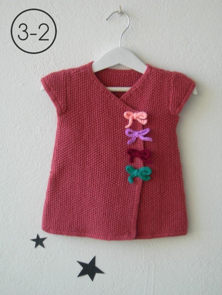Vestido para bebe hecho a punto de arroz manga corta con lacitos en cadeneta de ganchillo. Disponible en color arena, melocotón y granate. http://www.libelulahandmade.com/