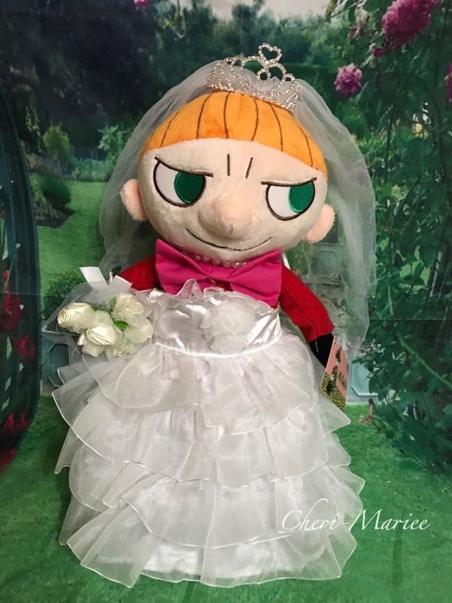 リトルミィSLサイズぬいぐるみ(身長30cm)に着せられるウェディングドレスとティアラ、ドールスタンドMサイズ1本セット(ぬいぐるみは含まず) |ぬいぐるみコスチュームLサイズ |結婚式アイテム専門店シェリーマリエ