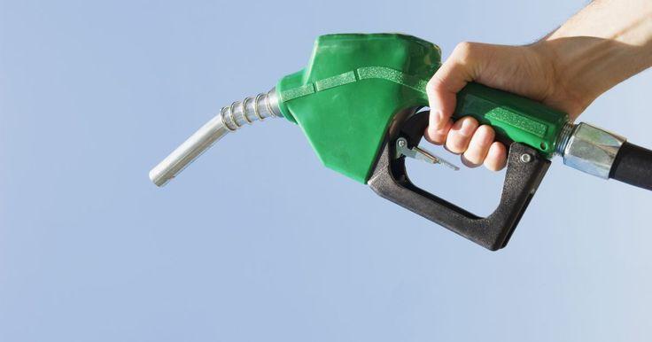 Efectos de la oferta y la demanda en los precios de la gasolina. Los efectos de la oferta y demanda son el catalizador principal para la fluctuación de los precios de la gasolina. Siguiendo los principios básicos de la oferta y la demanda económica, si la demanda de la gasolina aumenta en relación con la oferta, los precios del combustible aumentan. Si la demanda cae, los precios bajan. Del mismo modo, si la ...