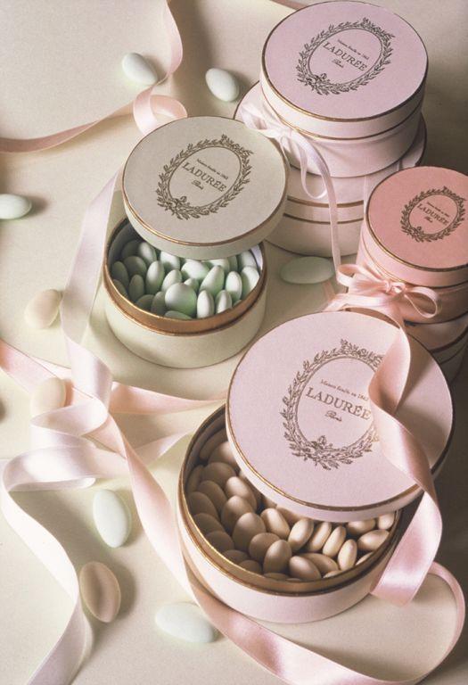 #French #Wedding # Favours - DRAGÉES. Des dragées très sobre pour fêter un mariage. Sugared Almonds.. http://www.thefrenchpropertyplace.com