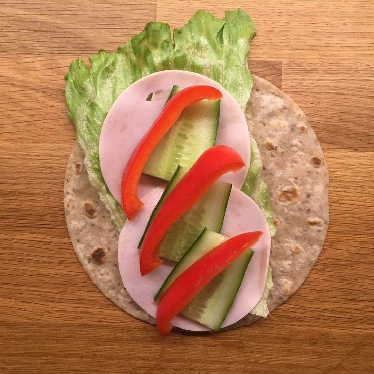 Speltlompe med salat, kyllingpålegg, agurk og paprika