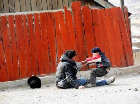 Γιος προσπαθεί να σηκώσει τον αλκοολικό πατέρα του