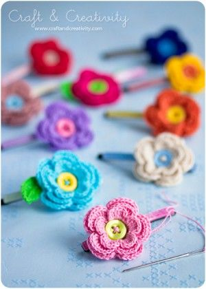 gehaakte bloemetjes op haarspeldjes met plat stuk vastmaken.