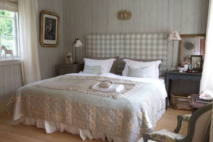 Atmosfera romantica e piena di fascino in questa casa in Norvegia, dove i colori polverosi e le linee pulite dello stile nordico si fondono in armonia con lo charme del french style. InteriørMagasinet