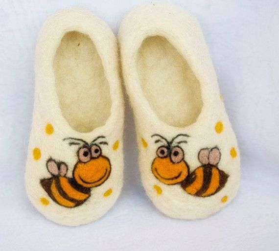 Handmade wool slippers / bee  / white/ children/under by irinaonix