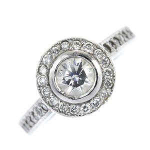 LOT:45   A platinum diamond cluster ring.