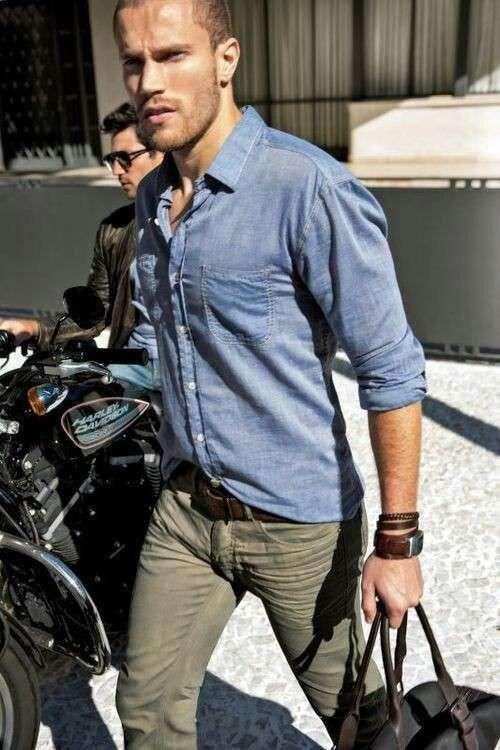 cc0ced475aa9 Come abbinare la camicia di jeans da uomo - Camicia di jeans e jeans kaki