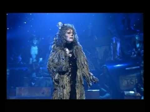 CATS - Memory (with lyrics) Musical de Andrew Loyd Webber estrenado en la década de los ochenta. Uno de los musicales de Broadway más populares de todos los tiempos.