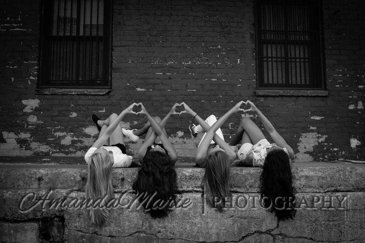 @victoriaborsci @kristinka2015 we should take a picture like this !