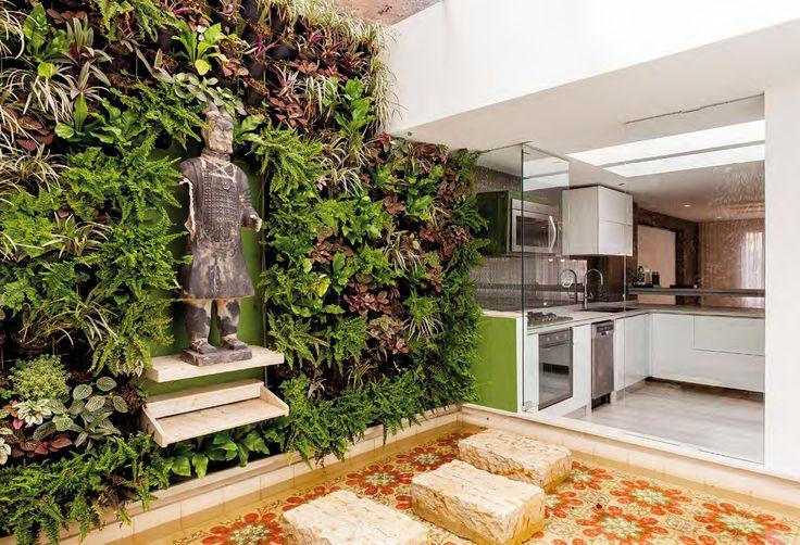 El patio de ropas se convirtió en un pequeño jardín interior que enriquece el apartamento con luz natural, una vista refrescante y un espacio extra para estar.