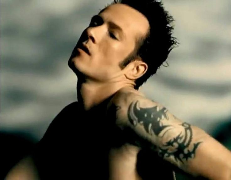 "Scott Weiland from Stone Temple Pilots' videoclip ""Sour girl"""