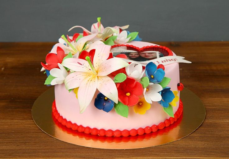 """Торт """"Счастье рядом""""  Наш торт всегда оригинальный, вкусный и изготавливается эксклюзивно к вашему празднику👍 А если имеете собственные идеи по украшению торта – мы готовы помочь. Уж поверьте, увидев красочный и изысканный торт все гости будут приятно удивлены!  С радостью изготовим, а если пожелаете, то и доставим #тортнапраздник от 2-х кг всего за 2350₽/кг😊  Специалисты #Абелло готовы помочь с выбором красивого и качественного десерта по любому поводу по единому номеру: +7(495)565-3838…"""