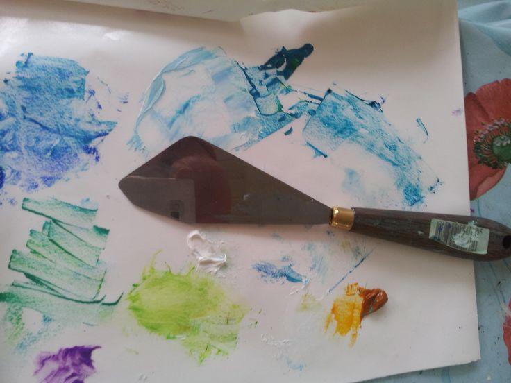 I Slotsarkaderne i Hillerød står jeg og viser et par malerteknikker for både børn og voksne. Kig forbi til en snak lørdag den 22. november. Det er gratis og for sjov