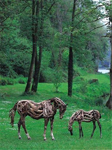 """São lindas esculturas feitas de troncos de árvores. Vistas de longe são confundidas com cavalos verdadeiros. By Samara Clique em """"more"""" para ver mais"""