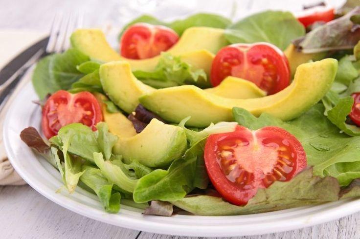 La ensalada es el plato de verduras más nutritivo y completo. Te proponemos los ingredientes adecuados para preparar 5 ensaladas para prevenir enfermedades.