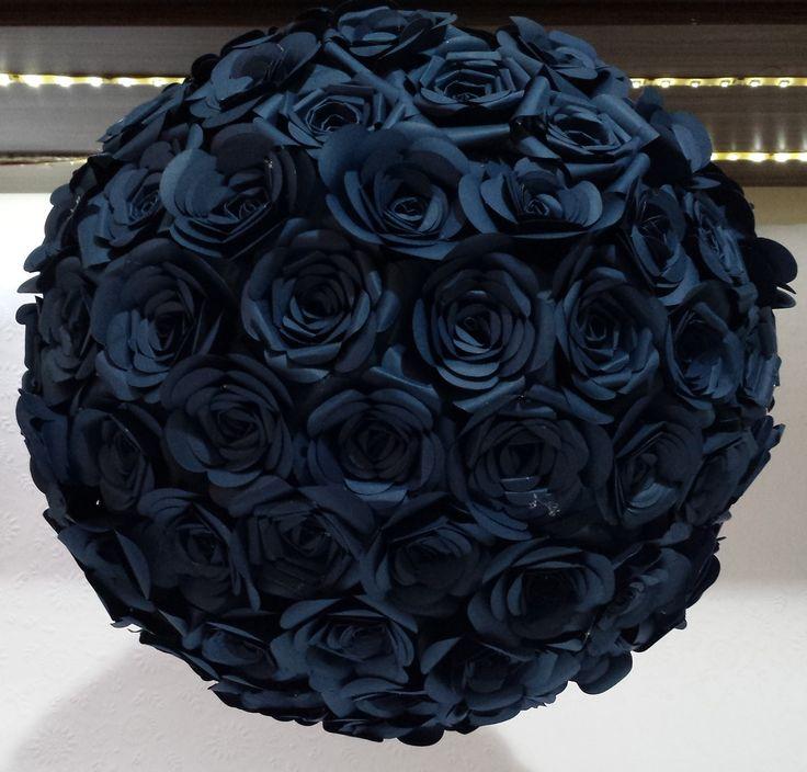 Luminária japonesa com apliques de flor de papel feitas artesanalmente uma a uma. Na cor azul marinho.