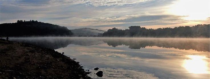 Zonsopgang boven een meer in le Parc du Morvan