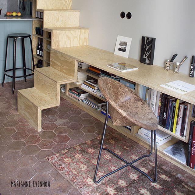chez Katharina et Jean-Cyril l'escalier/bibliothèque/bureau/ by #marianneevennou #interiordesign #sculpturefranckevennou #gravureannemariefiquet #fauteuil by #paolanavone pour #baxter #tabouretNicolle