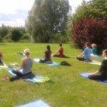 W programie: Rozluźniające ćwiczenia fizyczne i oddechowe Techniki relaksacyjne i redukujące napięcie Łagodne ćwiczenia dla kręgosłupa Ćwiczenia relaksacyjno-rozciągające dla każdego w każdym wieku według klasycznej szkoły jogi Swamiego Sivanandy. Program wykorzystuje również elementy relaksacyjnej Mindful Jogi.
