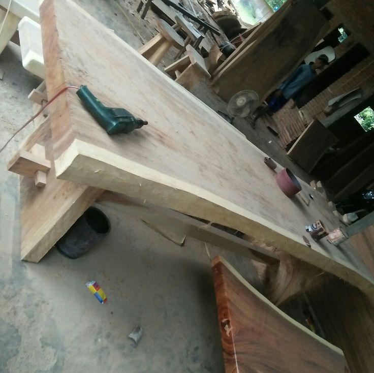 Meja mAkan trembesi. Meja makan kayu trembesi / trembesi wood.
