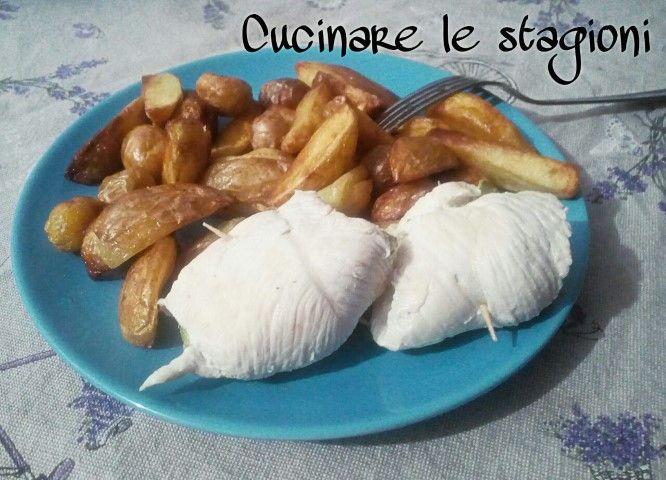 Gli involtini di pollo e zucchine prendono ispirazione delle classiche rolatine di pollo a cui ho sostituito i salumi con delle rondelle di zucchine