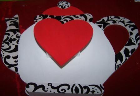 Portafosforera en forma de tetera, colores blanco, rojo y negro hecho en JuliartexPerú
