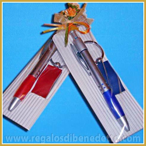 Set compuesto de bolígrafo y llavero con detalles de metal a juego con el boli, se sirve en colores surtidos. #Detalles #Bodas #Wedding #Details