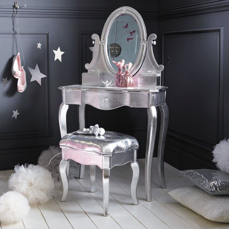 Glamor coiffeuse for girls room - claradeparis.com likes the wall + stars