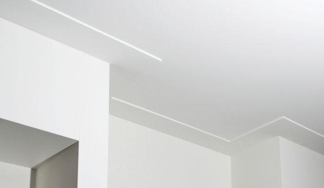 glad gestuct plafond met brede plint