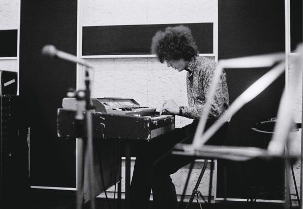 Foto do PINK FLOYD Syd Barrett a tocar teclado no estúdio de gravação
