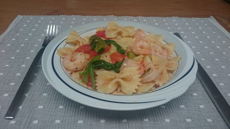 Recept van #overkruiden: pasta met garnalen, tomaten, spinazie en paprika; op smaak gebracht met oregano, knoflook en limoen.