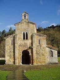 La iglesi de San Salvado de Valdediós es un monumento representativo de la arquitectura asturiana posramirense que anuncia ya el estilo románico.