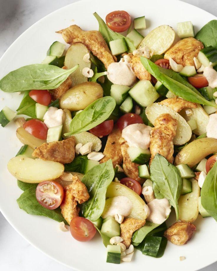 Een originele salade met sappige reepjes kip tandoori, spinazie, geroosterde krieltjes en een frisse dressing. Dit moet je proberen!