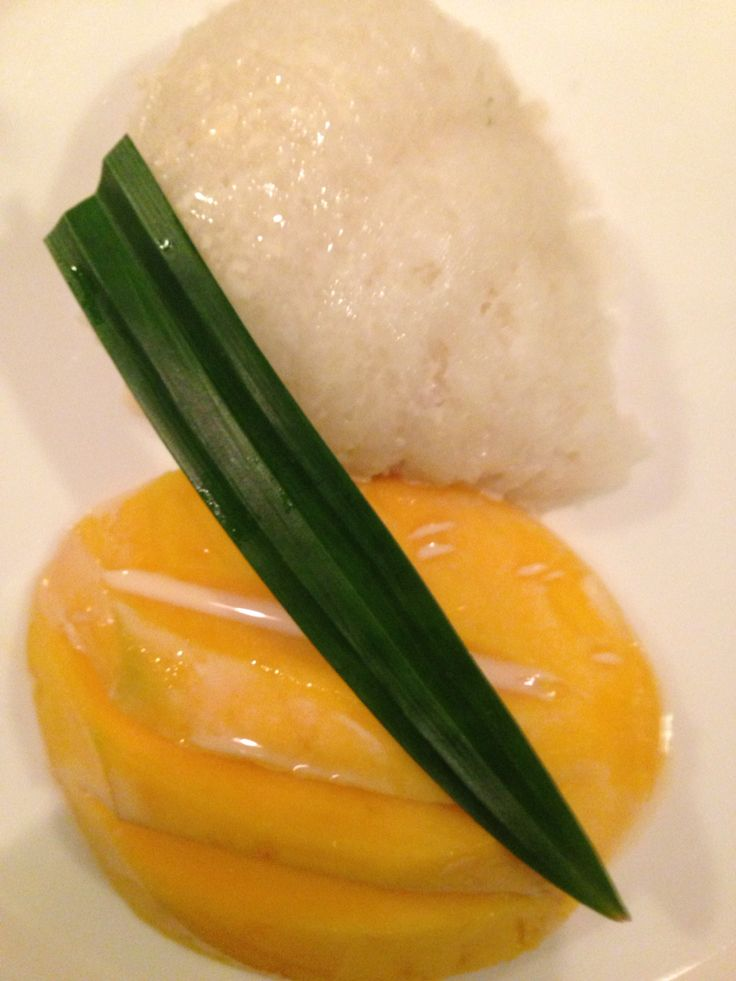 Sticky rice with mango and milk