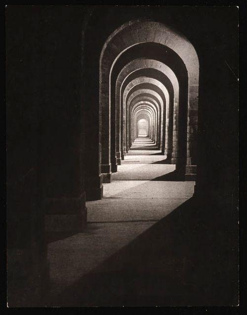 Brassaï - kunst fotograaf. Je blijft er naar kijken, omdat het lijkt dat er geen einde aan zit. Het heeft iets mysterieus. Leuk dat er gewerkt is met donker en licht.