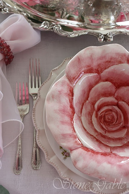 """""""Lots of tablescape ideas at Stonegable blogspot"""" - OMG, gorgeous. Bowls and plates that look like open flowers."""
