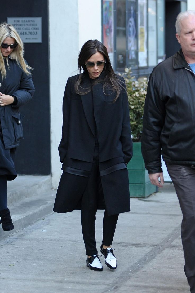 Victoria in Valentino's platte Rockstuds - Victoria Beckham's 7 beste stijlmomenten op platte schoenen