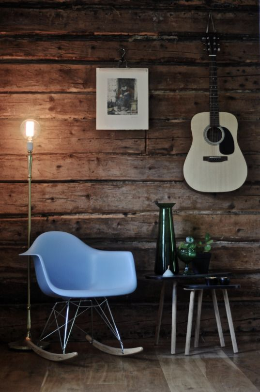 VARDAGSRUM. Gungstol, Eames. Lampa på fot, Second Hand. Bord, Netto. Glasvas, Ikea. Skål, IIttala. Ljusstakar, Skultuna. Gitarr, Sigma Guitars.