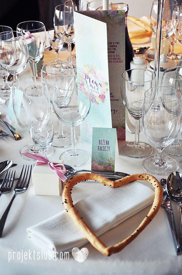 Menu weselne i winietki z kolekcji BOHO WIANEK na rustykalne i romantyczne wesele z motywami kwiatowymi od Projekt Ślub Więcej na projektslub.com