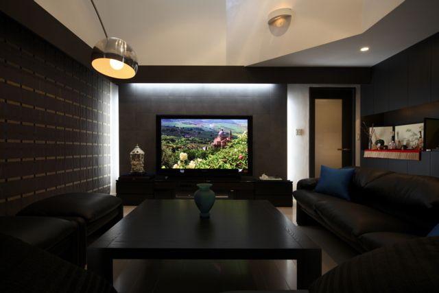 【#ミサワホームイングデザインリフォーム 】戸建住宅のリノベーション。リビングで映画やテレビをくつろいで観賞できる環境を充実させました。吹き抜けのあるゆったりしたリビングは大きな窓が絵のように庭を切り取り、ご主人のお気に入り場所です。天井にぐるりと回した幕板に照明・ピクチャーレール・カーテンレールを組み込んで「仕掛け」を隠す工夫をしています。窓のシェードを降ろせばシアターリビングの準備完了。天井と壁の仕上げには断熱性と吸湿性に優れる100%天然成分のスイス産漆喰を採用しています。 #リフォーム #リノベーション #住まい #インテリア #インテリアデザイン #インテリアコーディネート #リビング #リビングリフォーム #リビングインテリア #シアターリビング #シアタールーム #吹き抜け #吹き抜けリビング #モダンインテリア #ブラックあんどホワイト #モノトーンインテリア #ミサワホームイング #intelimia