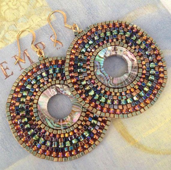 Graine perle ormeau boucles doreille Boho style grandes créoles créés avec anneaux de coquille dormeau perlé avec vert et métallisé cuivre 11,0 et